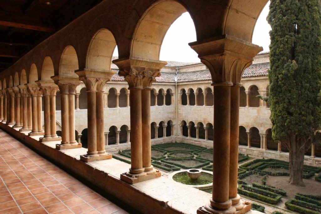 Vista general del célebre claustro de Silos. Monasterio de Santo Domingo de Silos 10