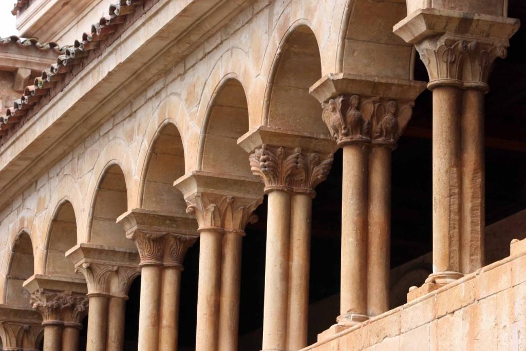 Arcadas de la planta superior del claustro. Todos los capiteles son distintos. Monasterio de Santo Domingo de Silos 14
