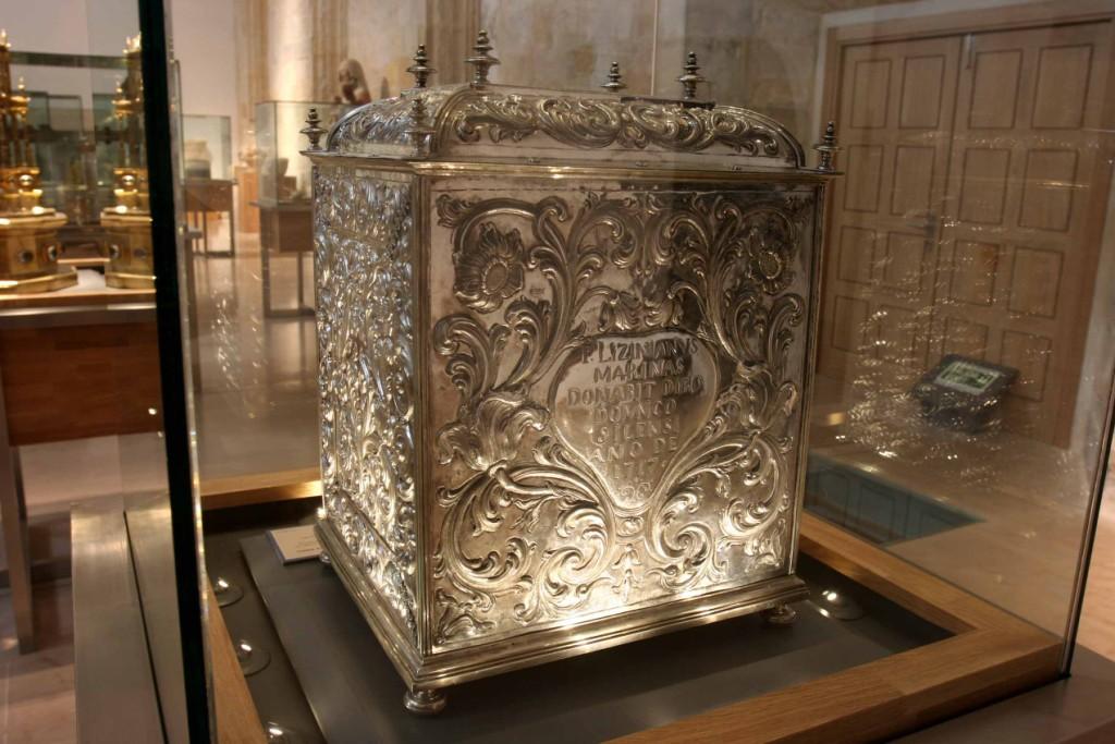 Arca del Jueves Santo cincelada en plata. Monasterio de Santo Domingo de Silos 20
