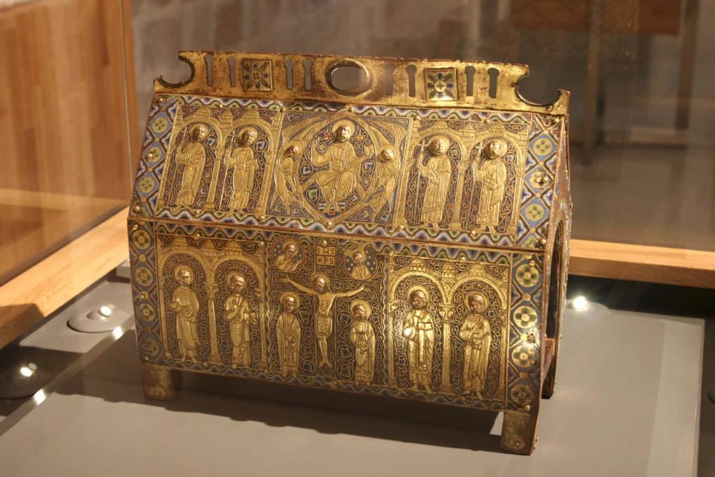 Relicario del siglo XII en madera cobre y esmaltes. Monasterio de Santo Domingo de Silos 21