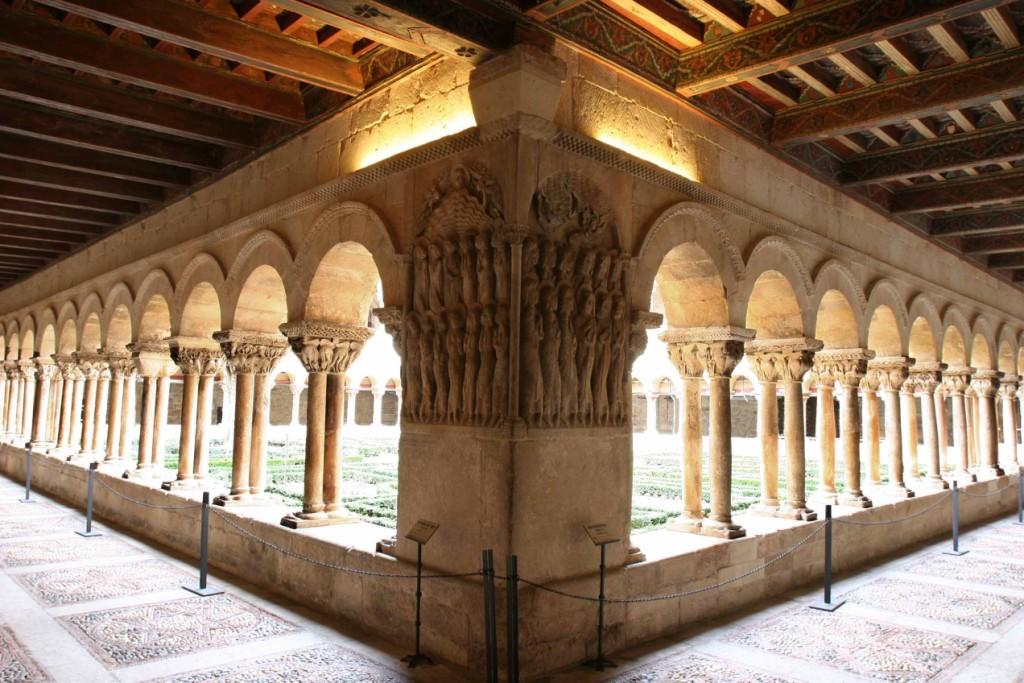 Bellos bajorrelieves en cada galería con artesonado mudéjar del claustro. Monasterio de Santo Domingo de Silos 8