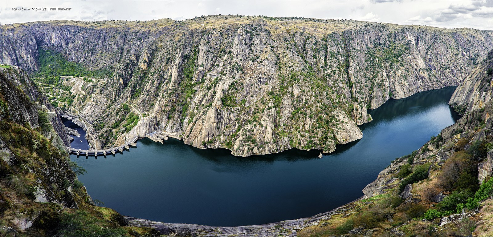 Hermosa vista de la presa y embalse de Aldeadávila.