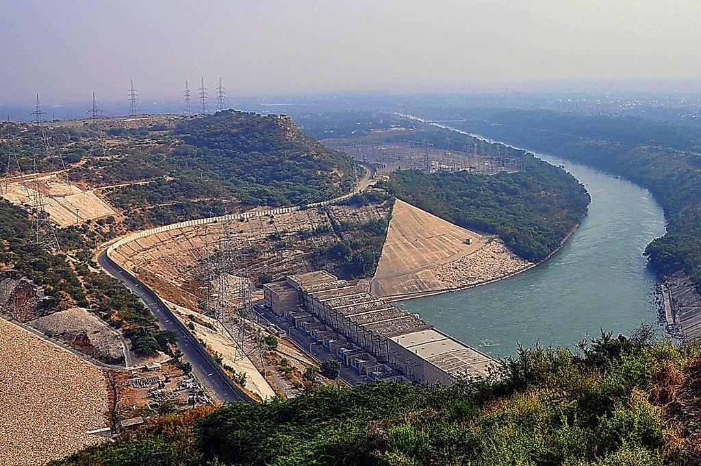 mangla dam The mangla dam (urdu: منگلا بند ) is a multipurpose dam located on the jhelum river in the mirpur district of azad kashmir, pakistan it is the 9th larges.